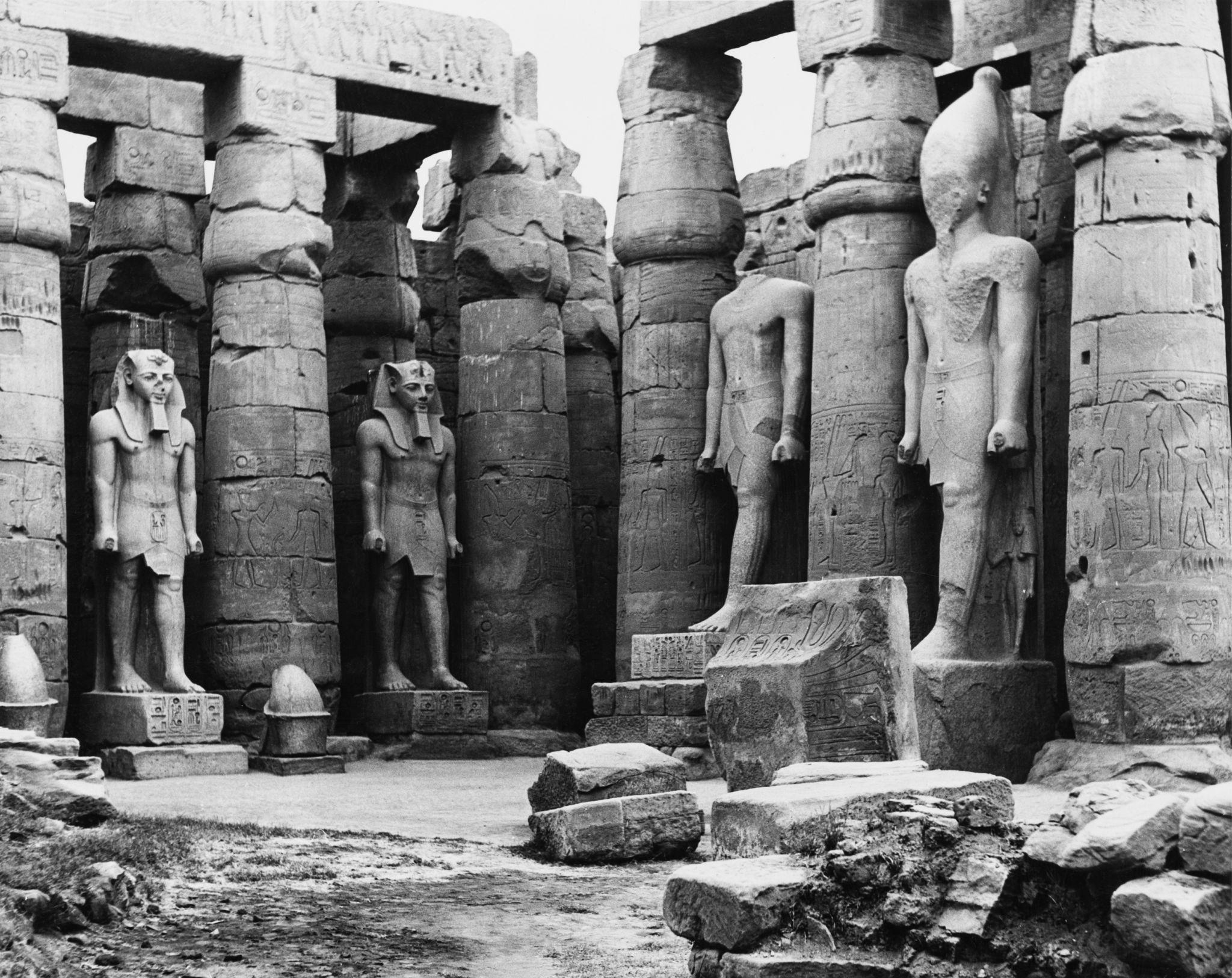 1955. Статуи у входа в Луксорский храм на восточном берегу Нила