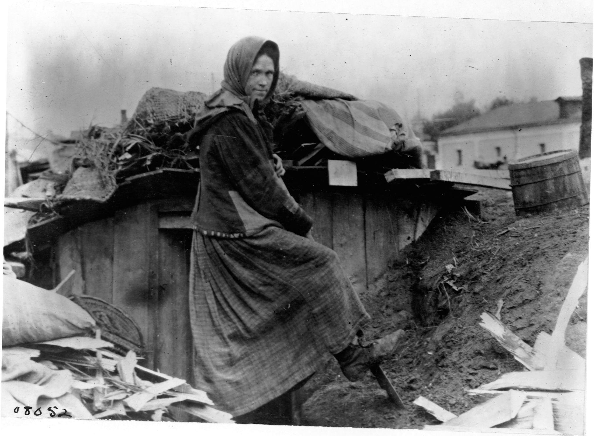 Женщина с лопатой перед хижиной на Вятском железнодорожном вокзале