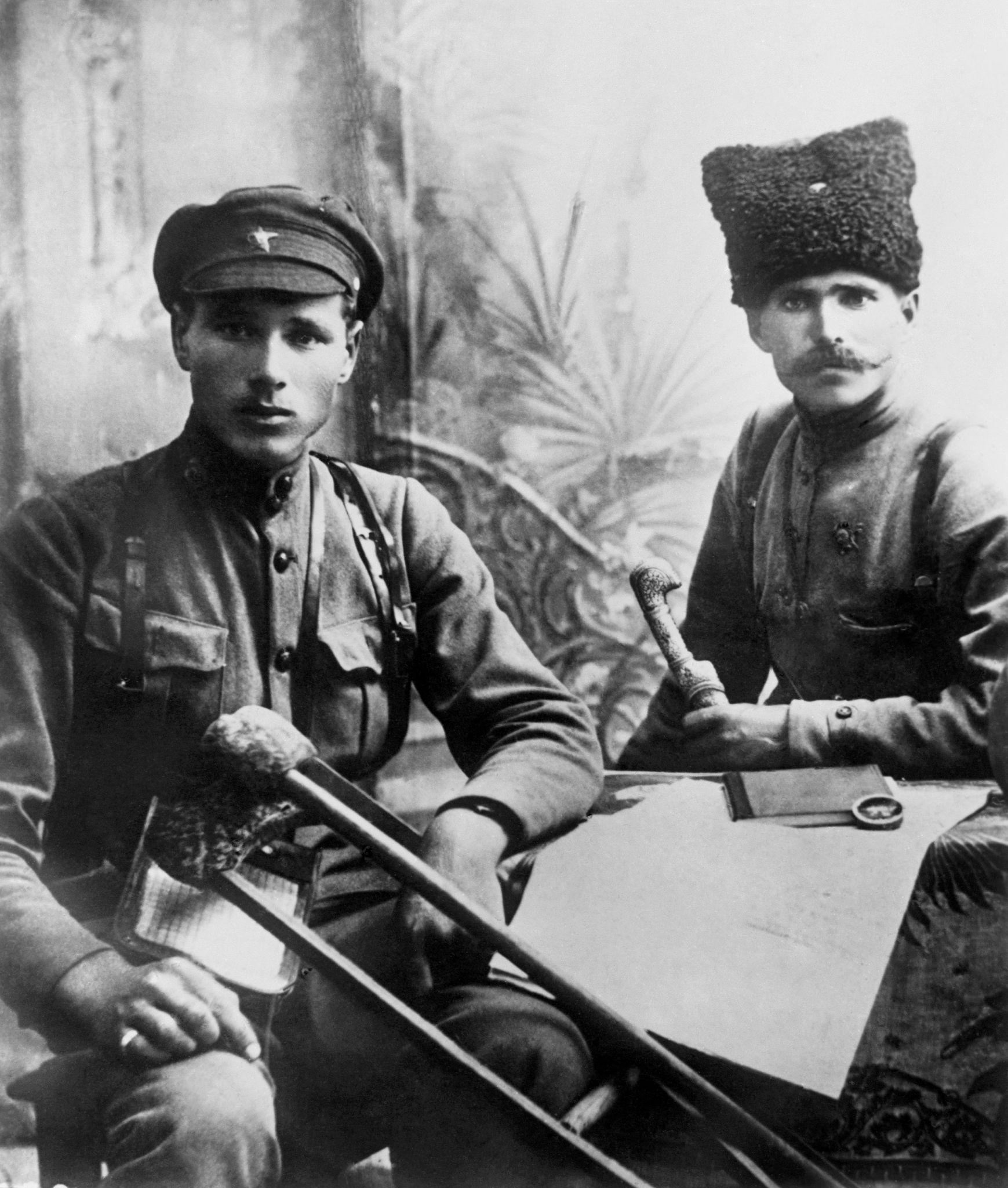 Командующий 25-й стрелковой дивизией Красной Армии Василий Чапаев (справа) и его подчиненный Иван Бубенец позируют для фото
