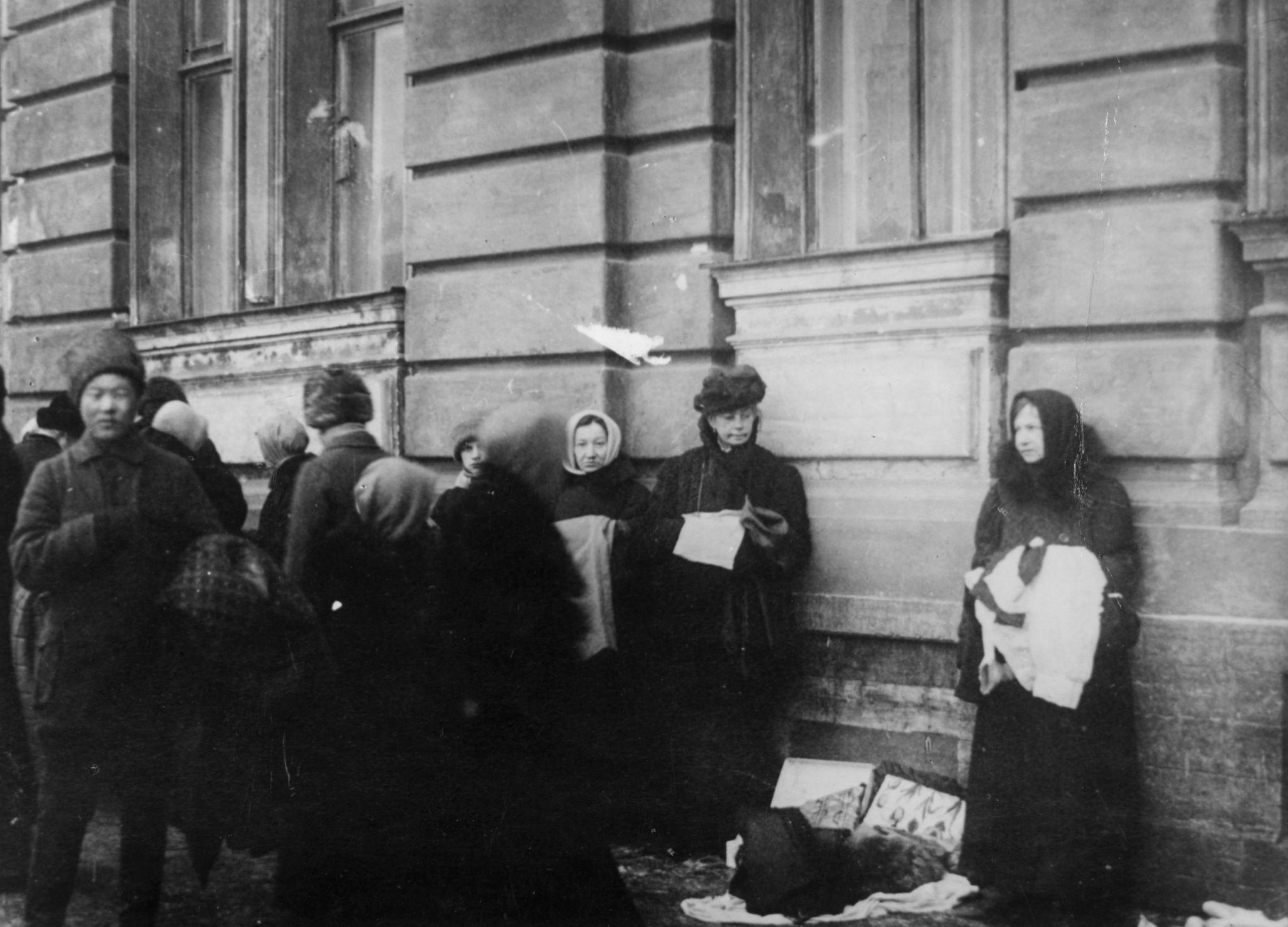 Люди покупают и продают свои товары на улицах Москвы, чтобы пережить эпоху военного коммунизма