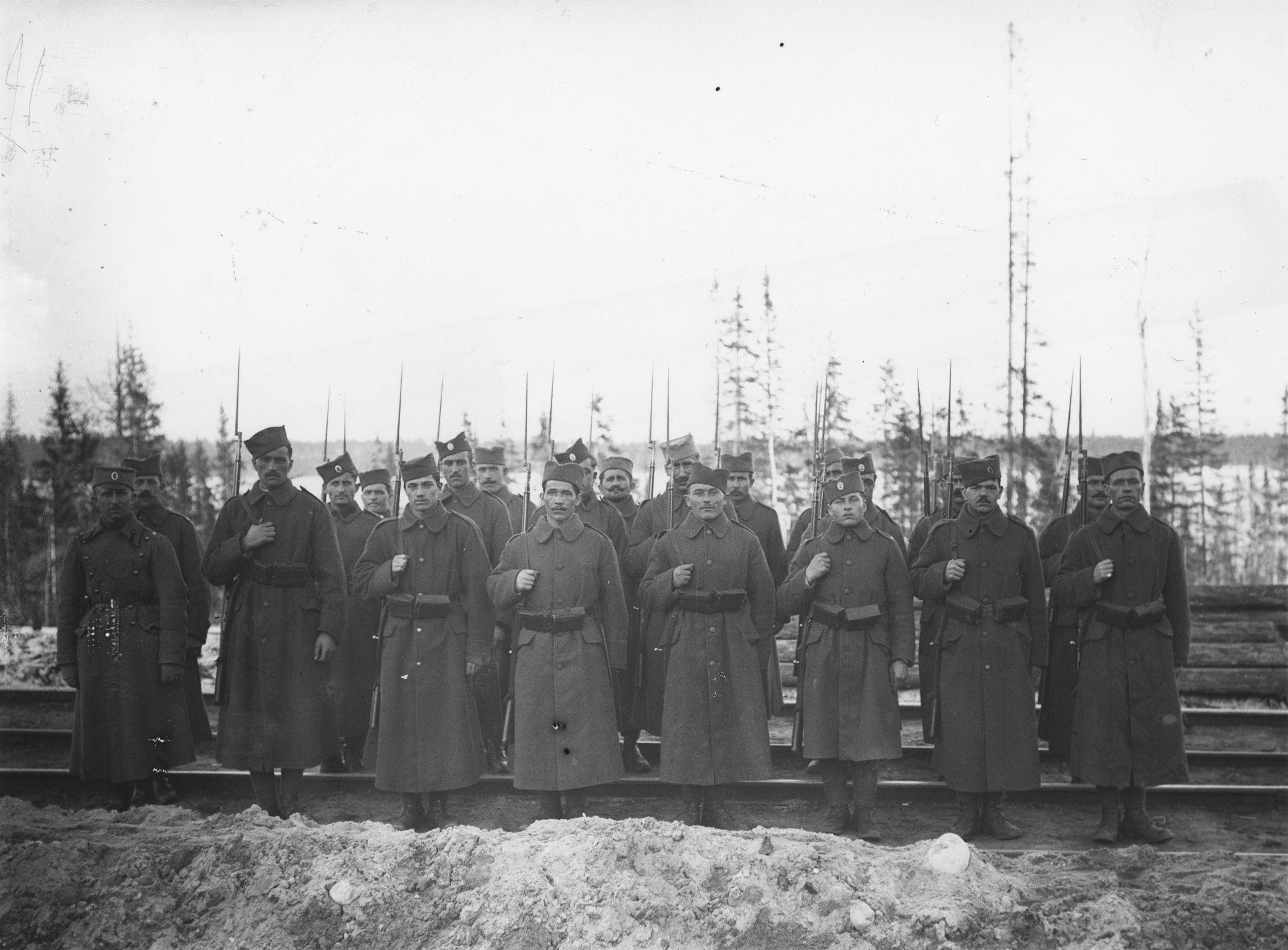 Отряд сербов на железнодорожном пути, Надвоица, Мурманск