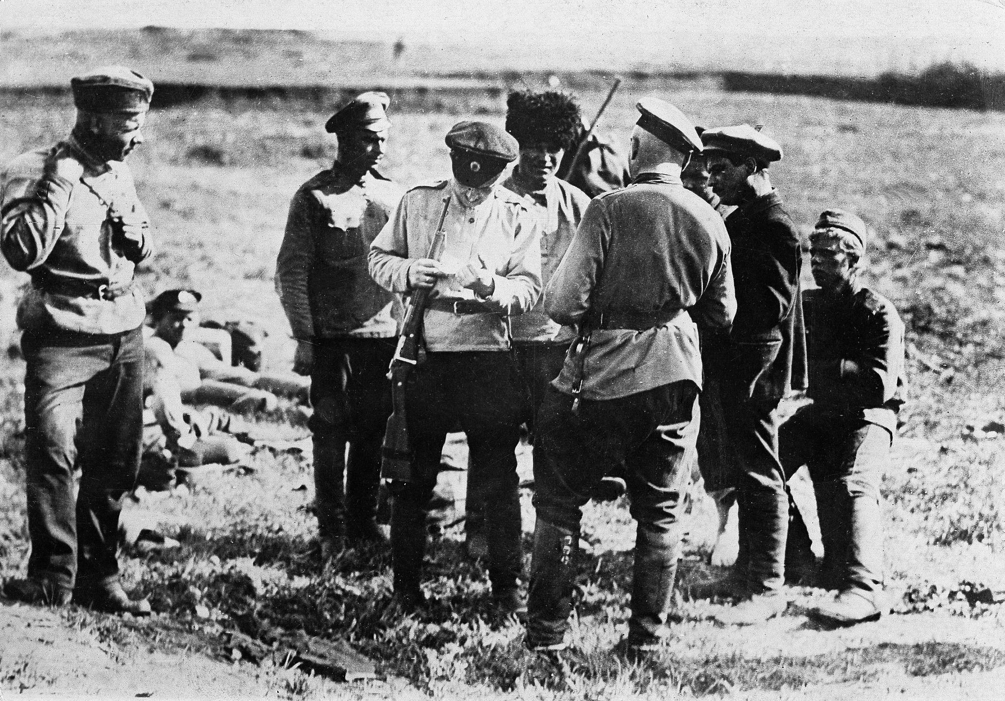Офицеры армии Колчака допрашивают пленного солдата Красной Армии и проверяют его документы