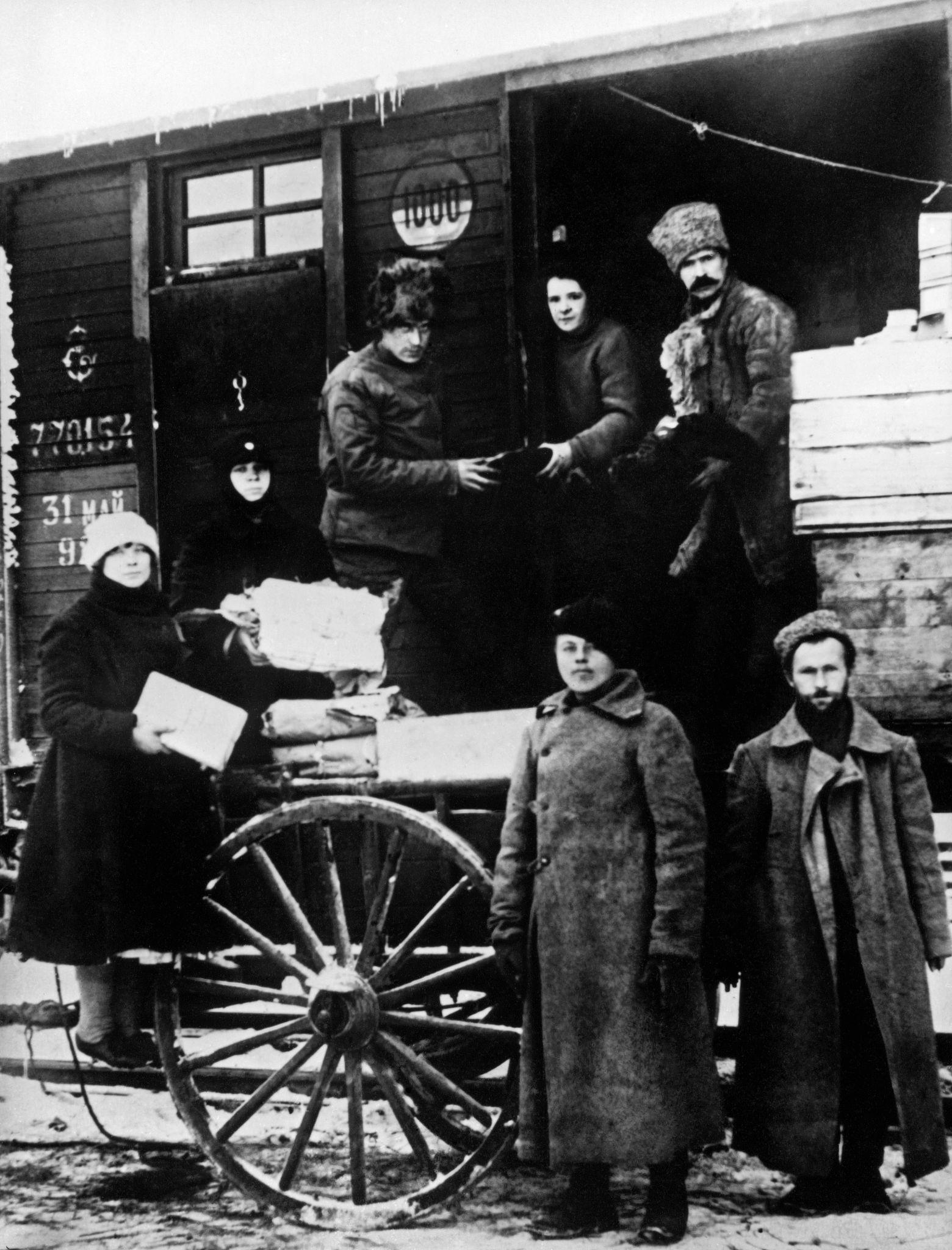 Разгрузка подарков и писем, доставленных для красноармейцев. Царицын