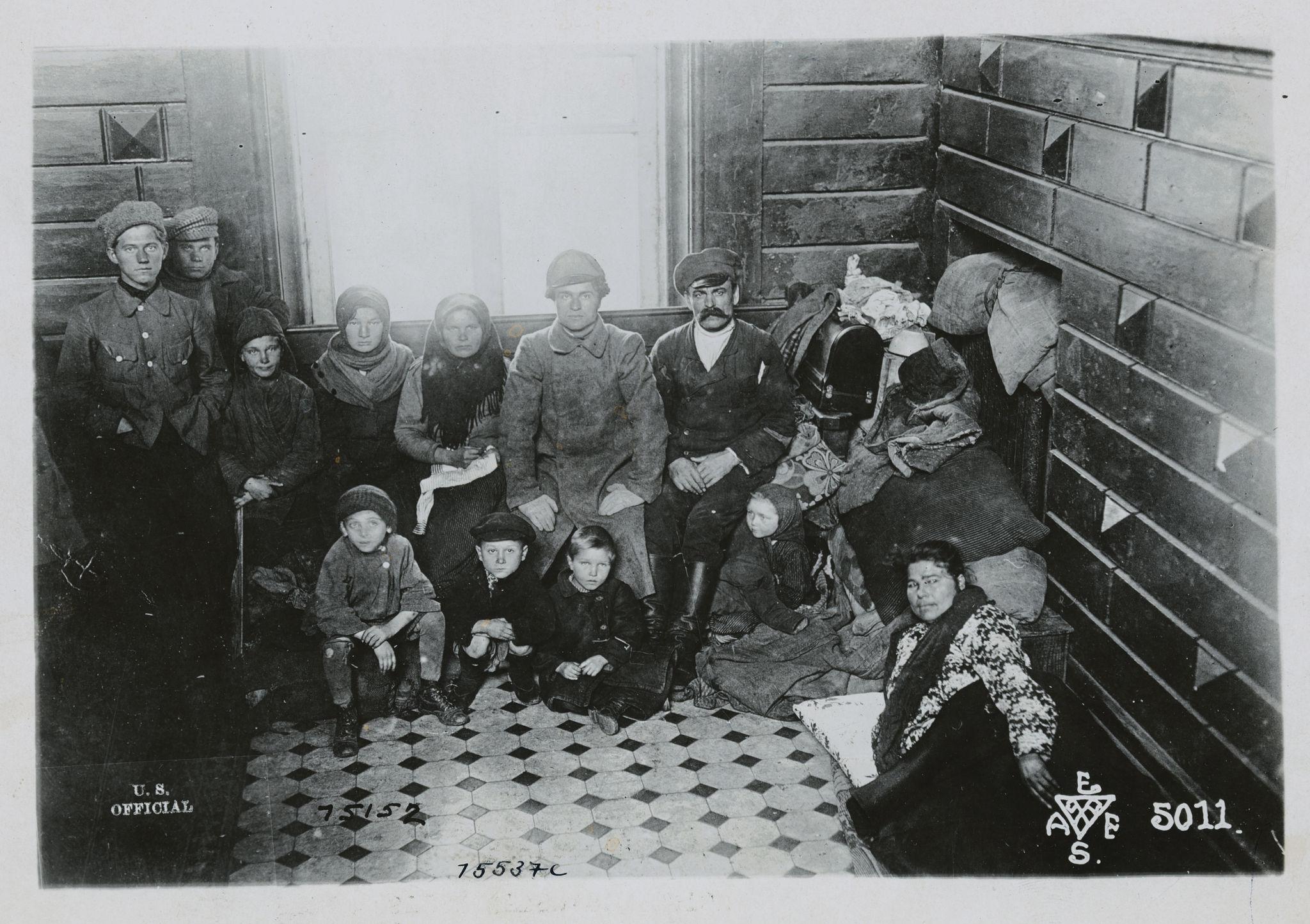 Семья беженцев от большевиков, которая на две недели обосновались в доме на железнодорожной станции во Владивостоке