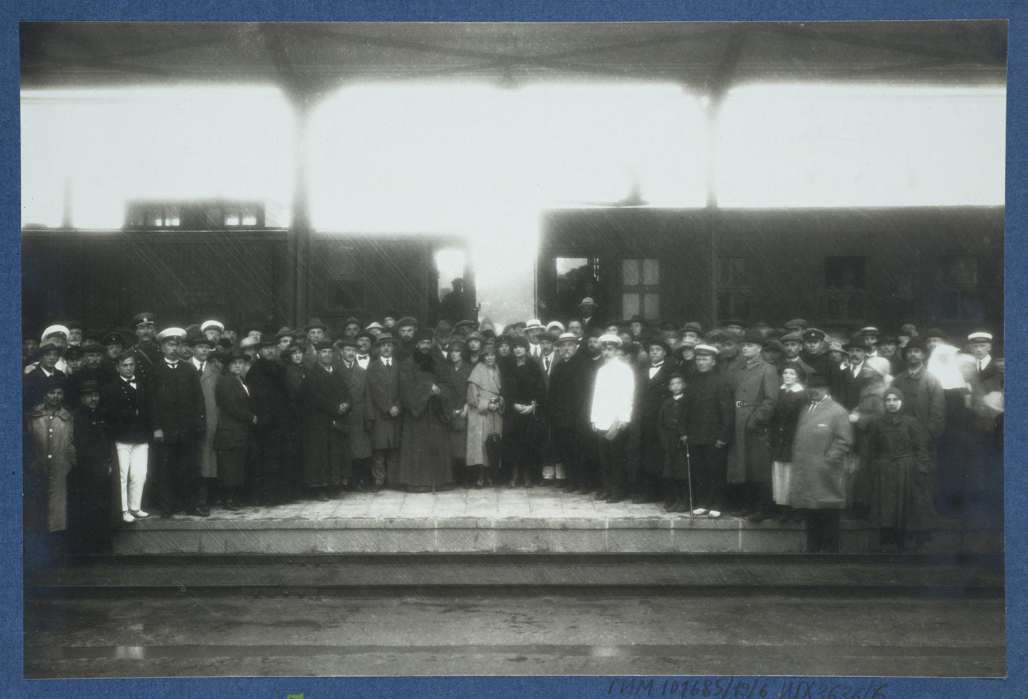 Лица, присутствующие при отправлении врачебно-питательного поезда со станции Харбин.  31 мая 1922.