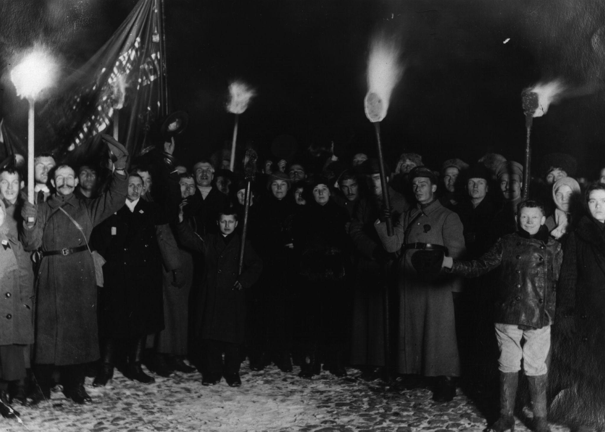 Толпа с плакатами и факелами в честь второй годовщины большевистской революции в Петрограде