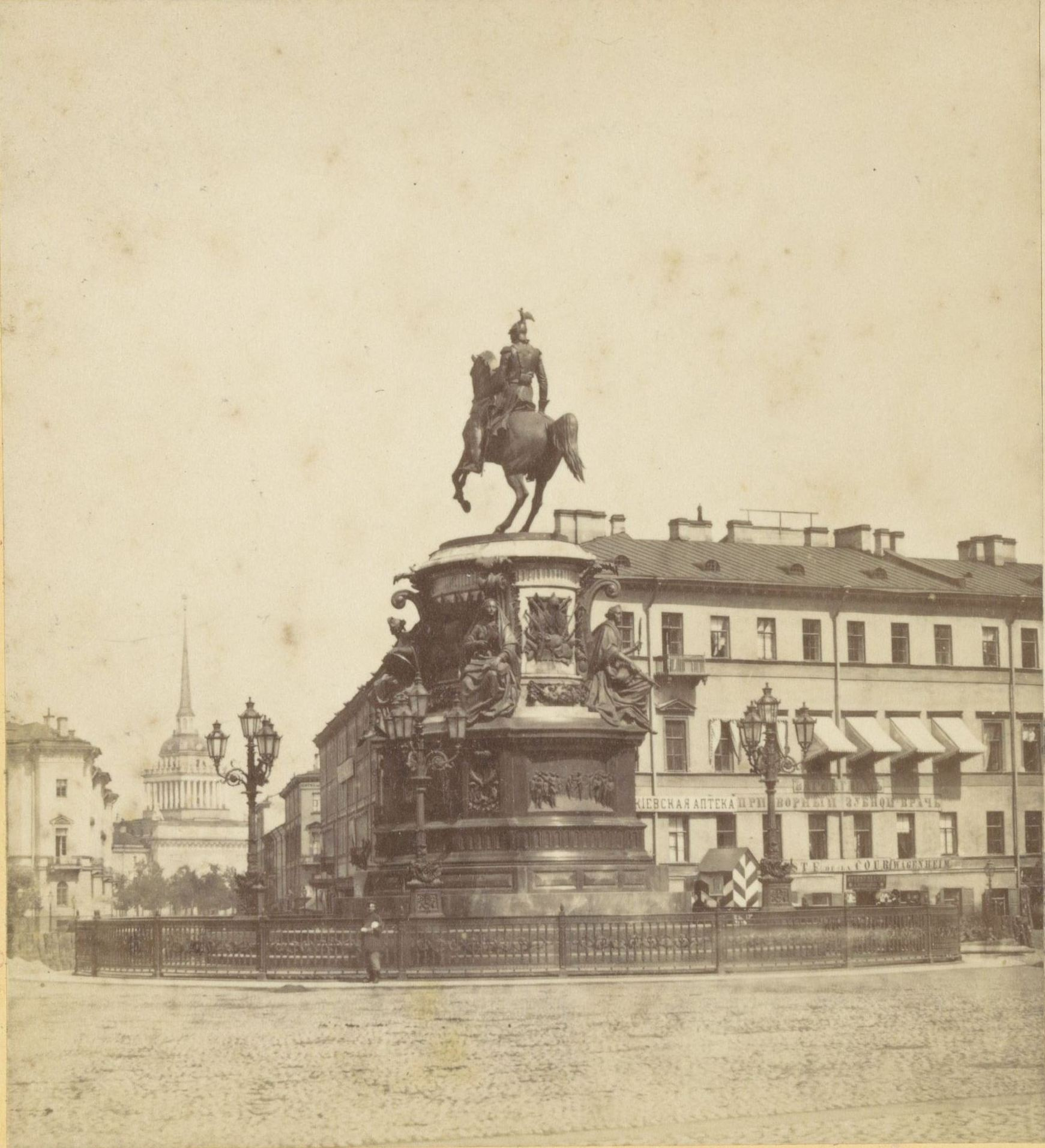 Памятник Николаю I и Адмиралтейство