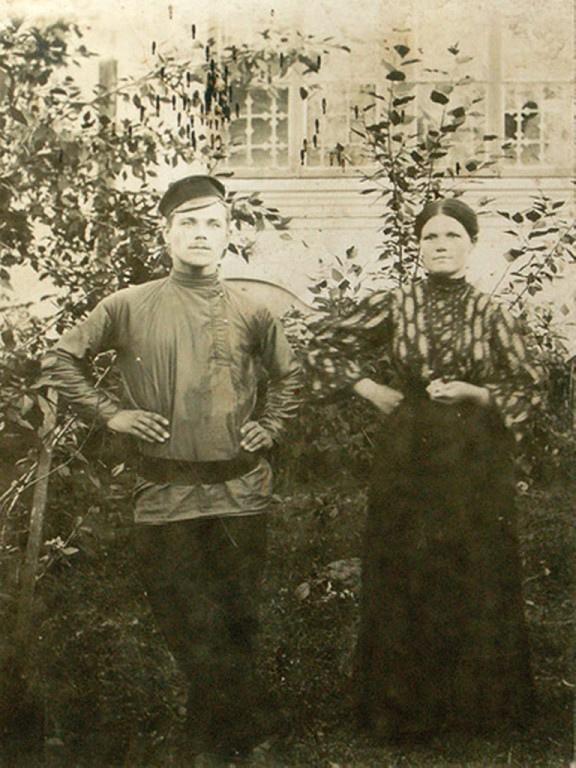 Молодая семейная пара - рабочие коноваловской прядильно-ткацкой фабрики. 1908