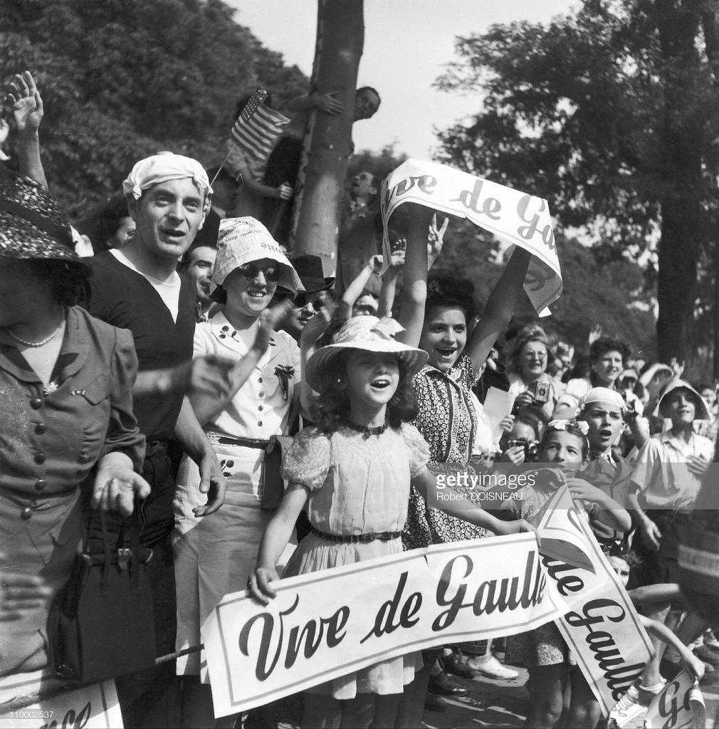1944. Париж освобожденный, Шарль де Голль на Елисейских полях