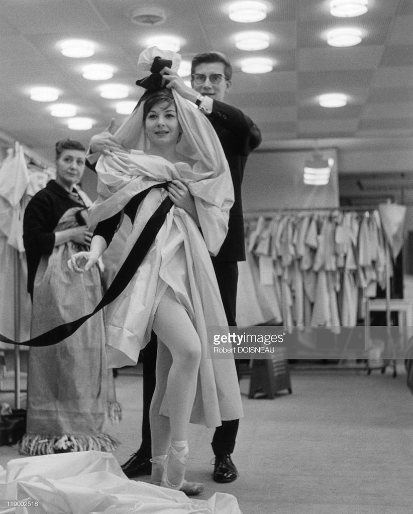 1959. Ив Сен-Лоран и Зизи Жанмер, примеряющая костюм Кармен