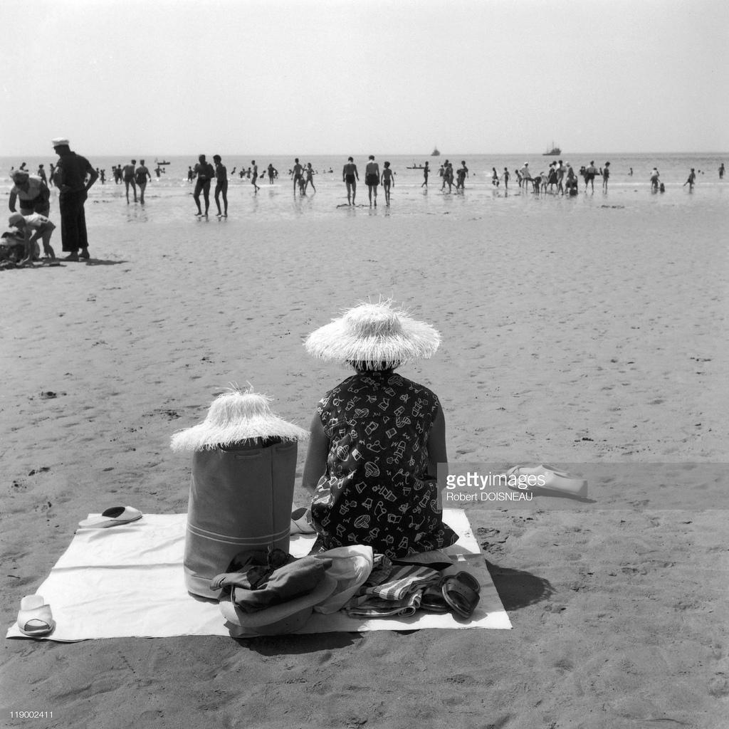 1959. Олонские пески. Бабушка на пляже