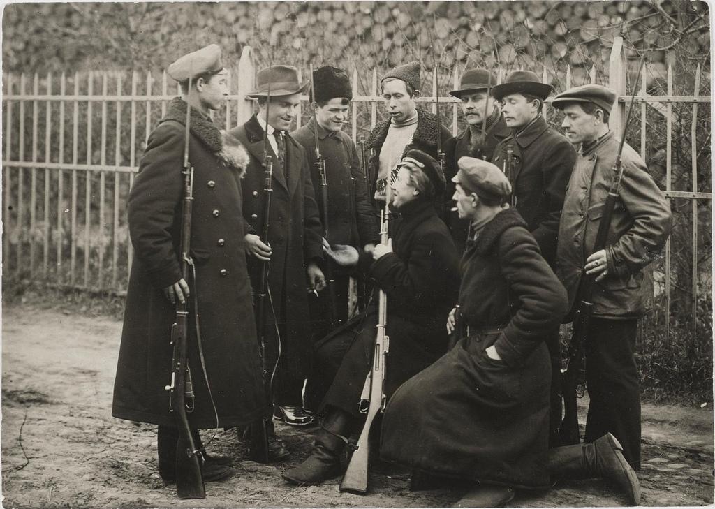 Революционные дозорные (вооруженные рабочие).