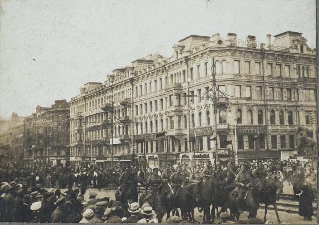 Казачья часть, прибывшая для подавления демонстрации на Невском проспекте. Июль