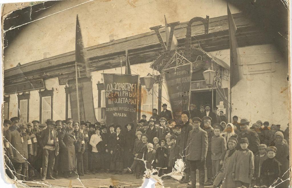 Митинг перед зданием городской управы по поводу созыва Учредительного собрания.