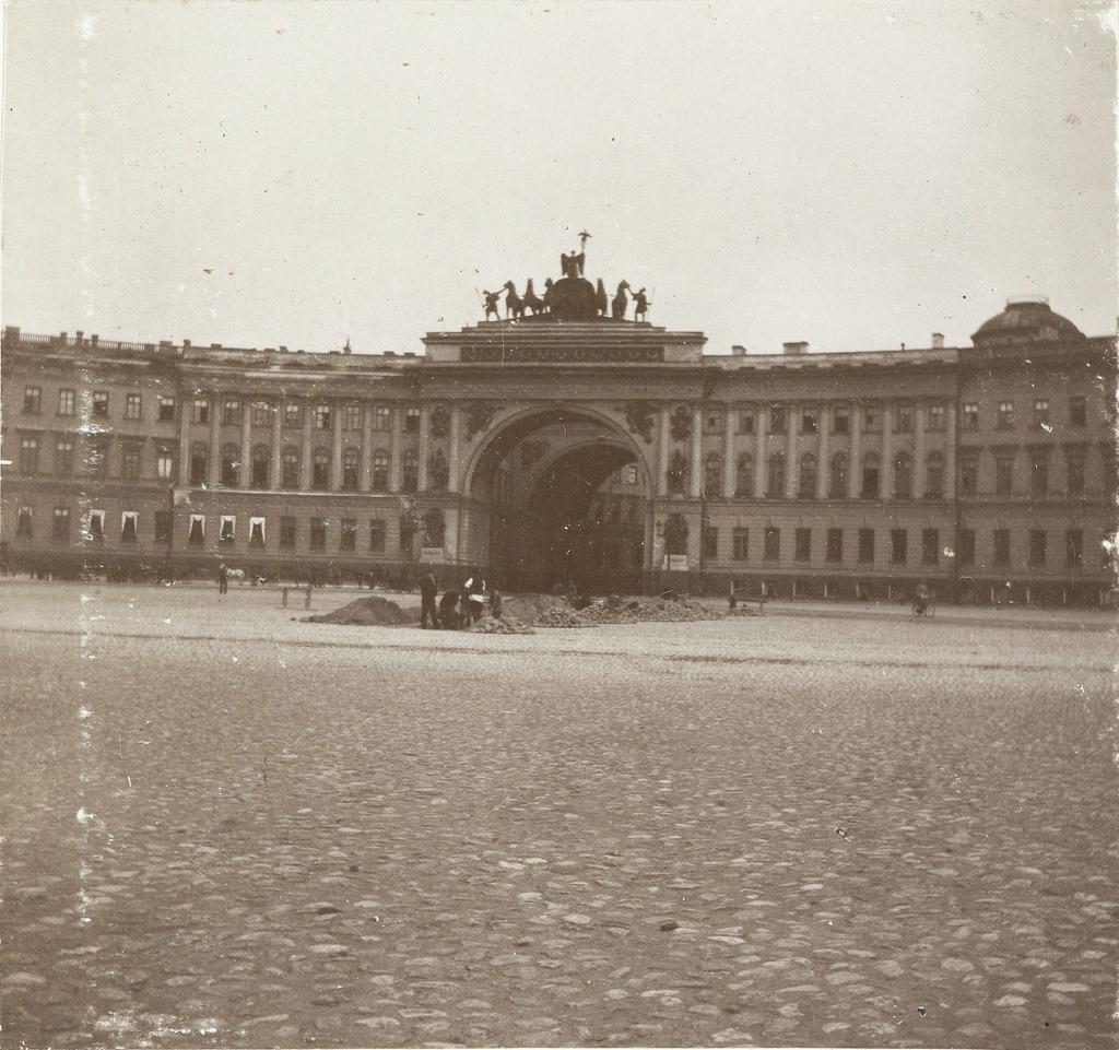 Здание Генерального штаба на площади перед Эрмитажем. 1898