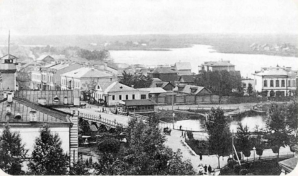 Вид с колокольни на р. Ижору. В центре за мостом - Никольская улица.