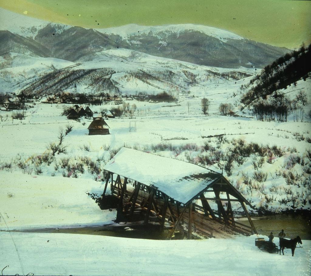 Крытый мост в снегу