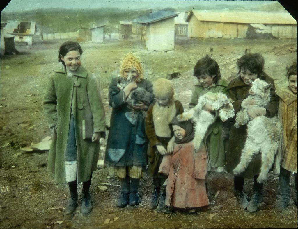 Девочки со своими козочками