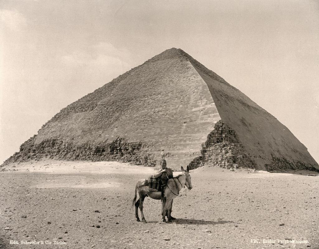 1890. «Ломаная» пирамида в Дахшуре