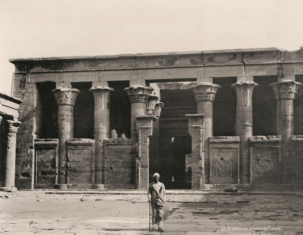 1890. Эдфу. Колонны в пронаосе храма Хоруса