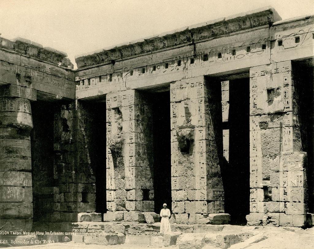 1890. Мединет-Абу Колонны погребального храма Рамсеса III