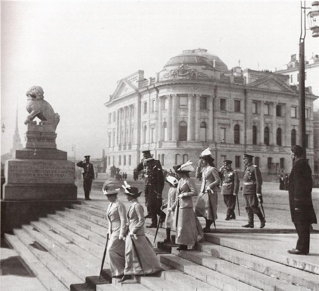 Императорская семья на Петровской набережной. 1912