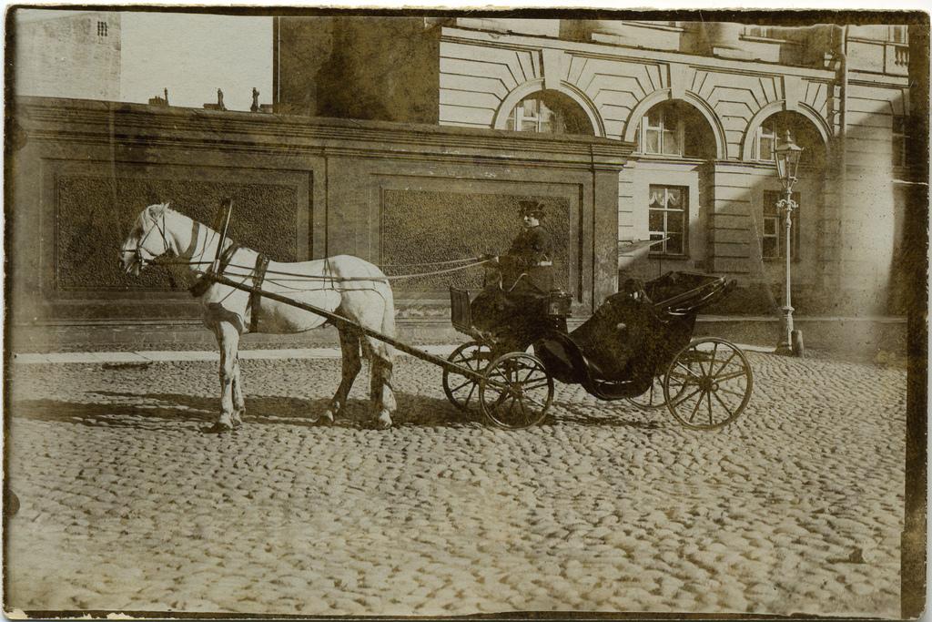 Ирина Теляковская в экипаже у здания дирекции императорских театров. 1908