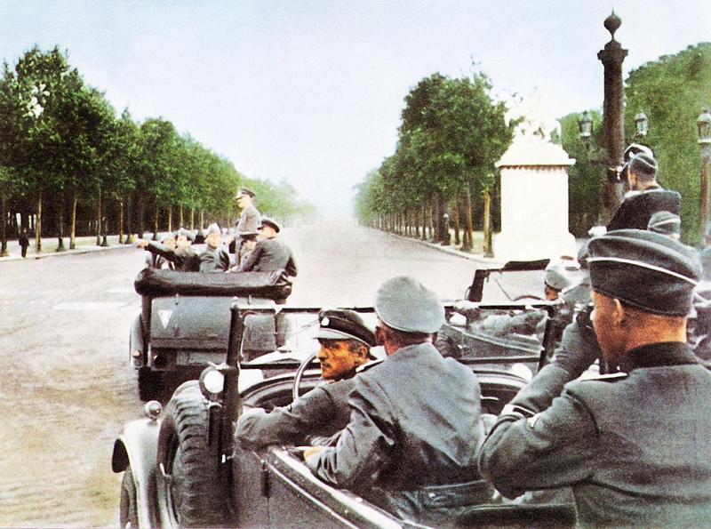 1940. Гитлер в Париже. Кортеж проезжает по Елисейским полям и останавливается возле Эйфелевой башни и Триумфальной арки