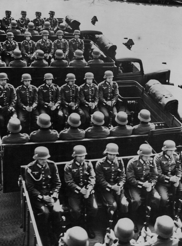 1942. Немецкие войска в Париже