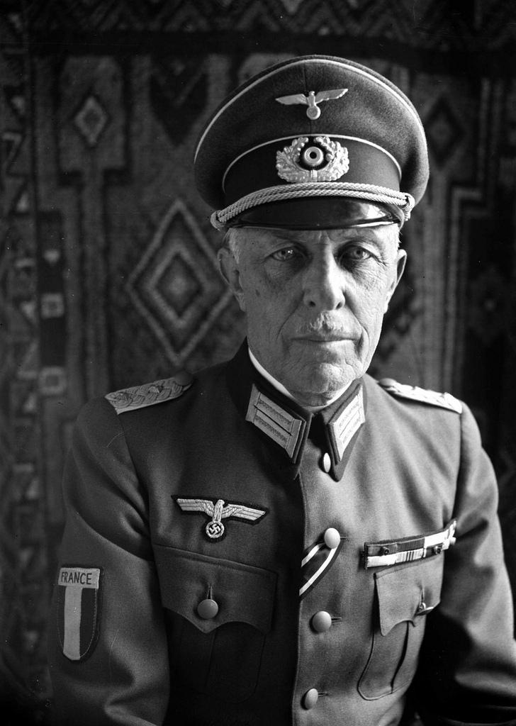 1942. Первый командующим LVF полковник Роже Лабон. Париж