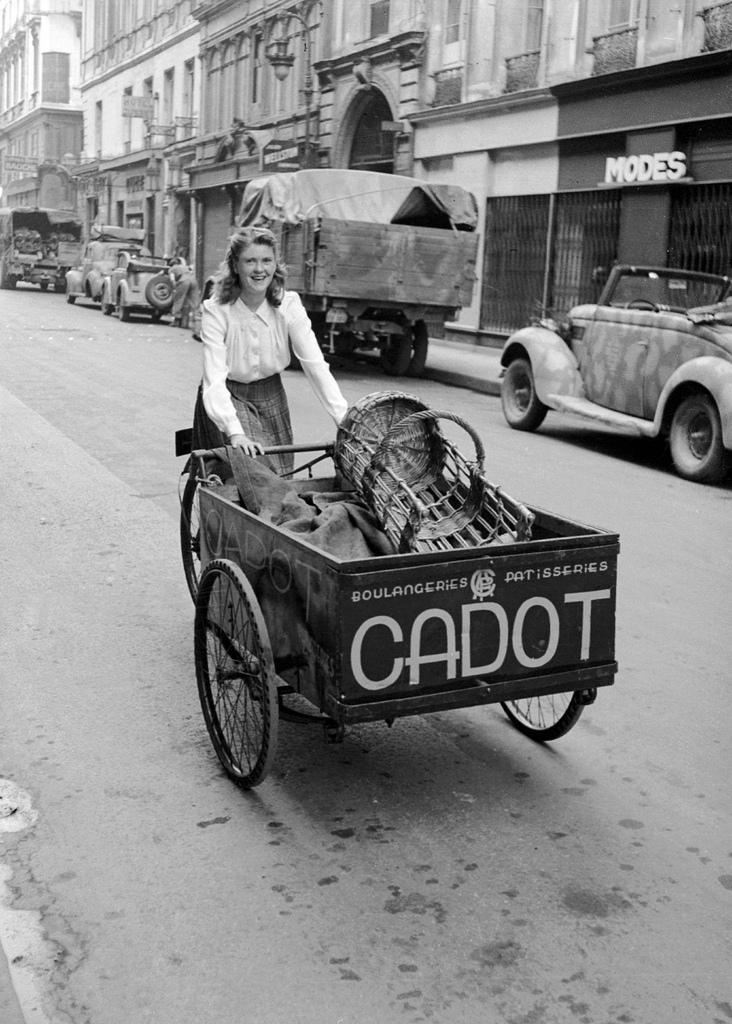 1943. Девушка развозит хлеб на велосипеде