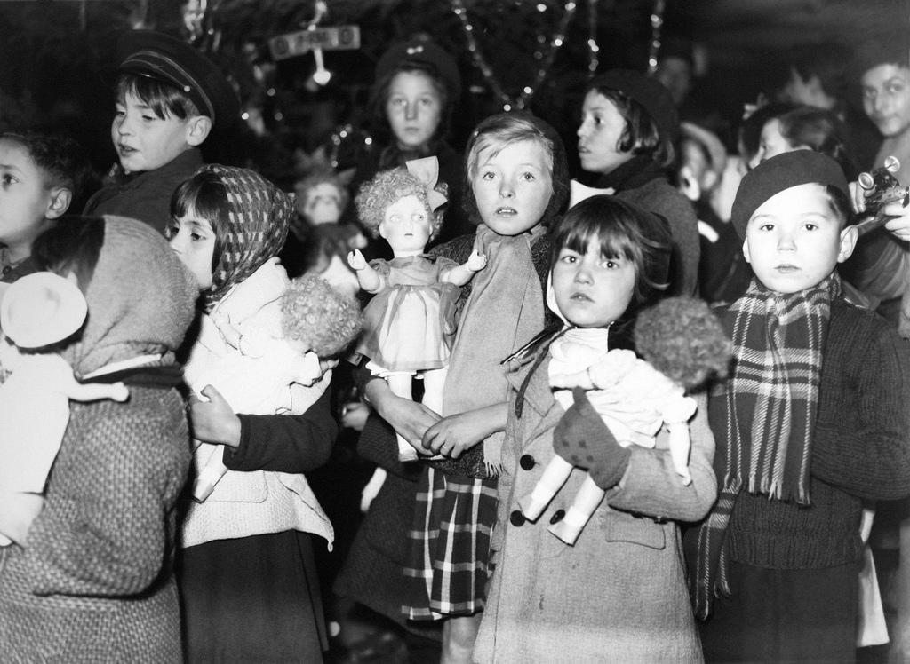 1943. Дети на рождественском вечере маршала Петена