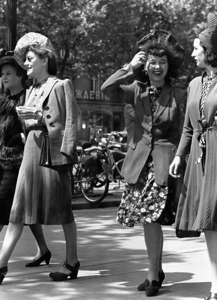 1943. Модницы гуляют по бульварам