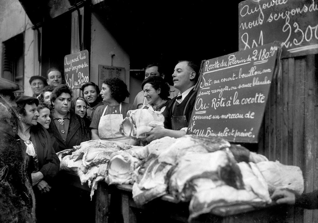 1943. Продажа акульего мяса у торговца рыбой. Париж, апрель