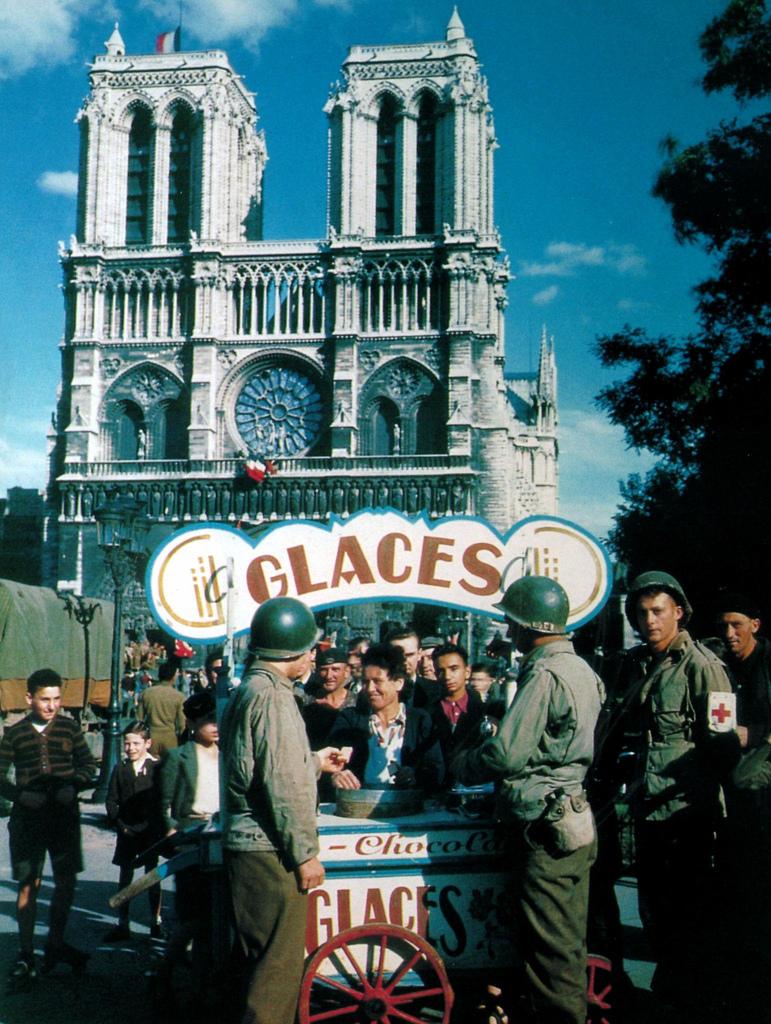 1944. Американские военнослужащие покупают мороженое в киоске у собора Нотр-Дам де Пари после освобождения города