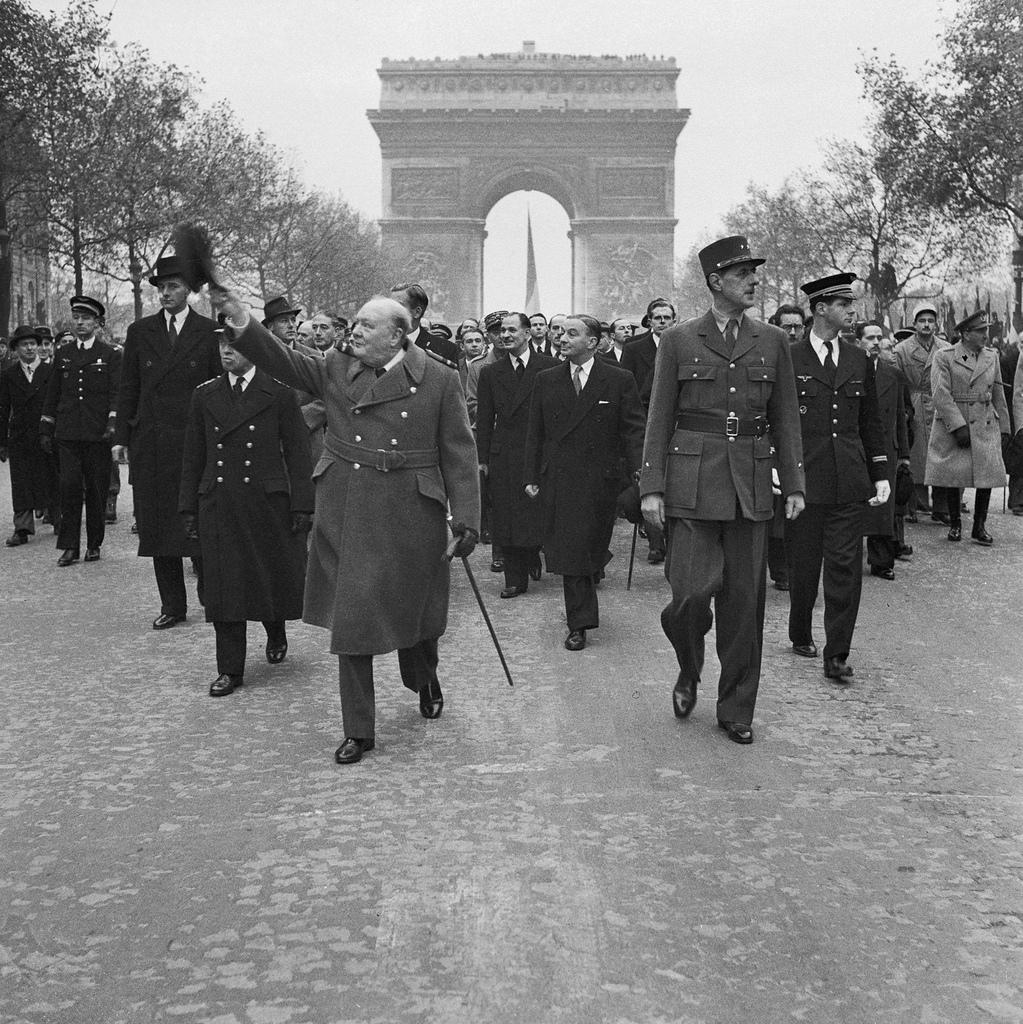 1944. Уинстон Черчилль и генерал Шарль де Голль на параде в Париже, 11 ноября