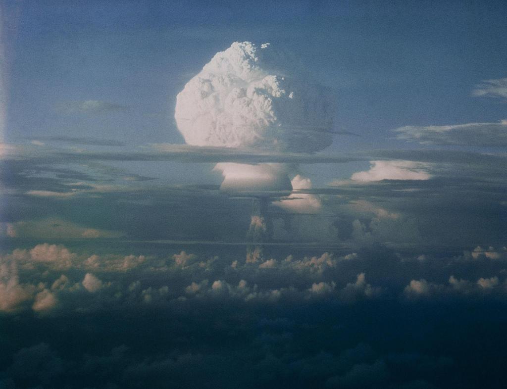 1952. Вид грибного облака во время серии ядерных испытаний, проведенных Соединенными Штатами на Маршалловых островах в Тихом океане