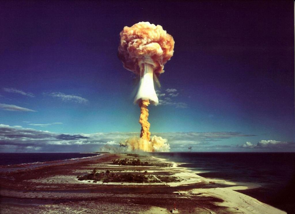 1971. Грибовидное облако после взрыва французской атомной бомбы над атоллом Муруроа
