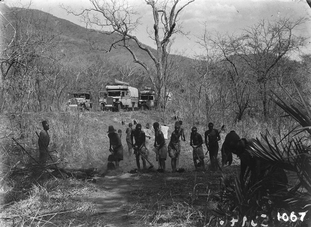 1067. Местные жители, прокладывающие дорогу для машин экспедиции