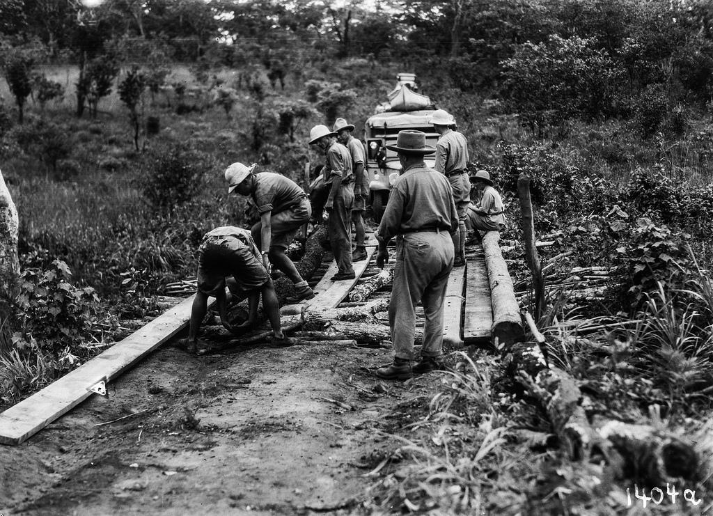 1404. Музец.  Участники экспедиции готовят временный мост для переправы