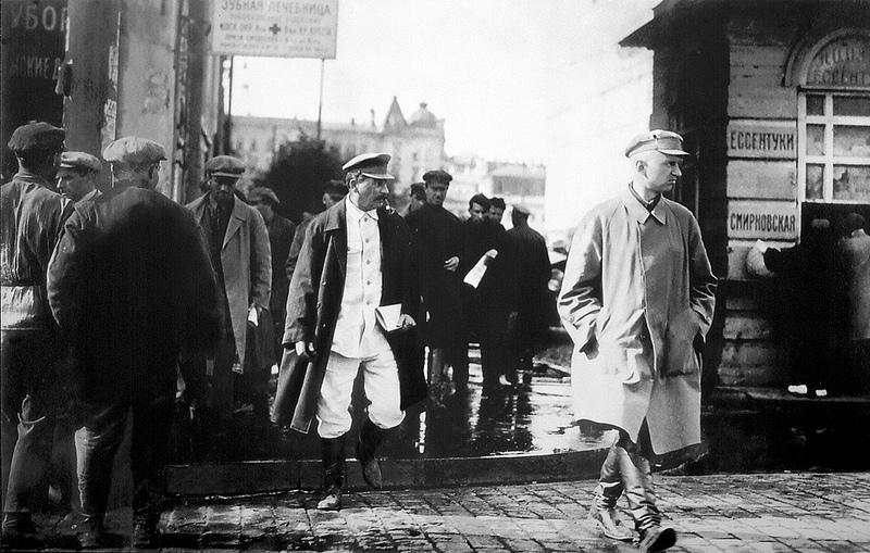 И.В. Сталин, сопровождаемый секретными агентами в конце 1920-х годов.
