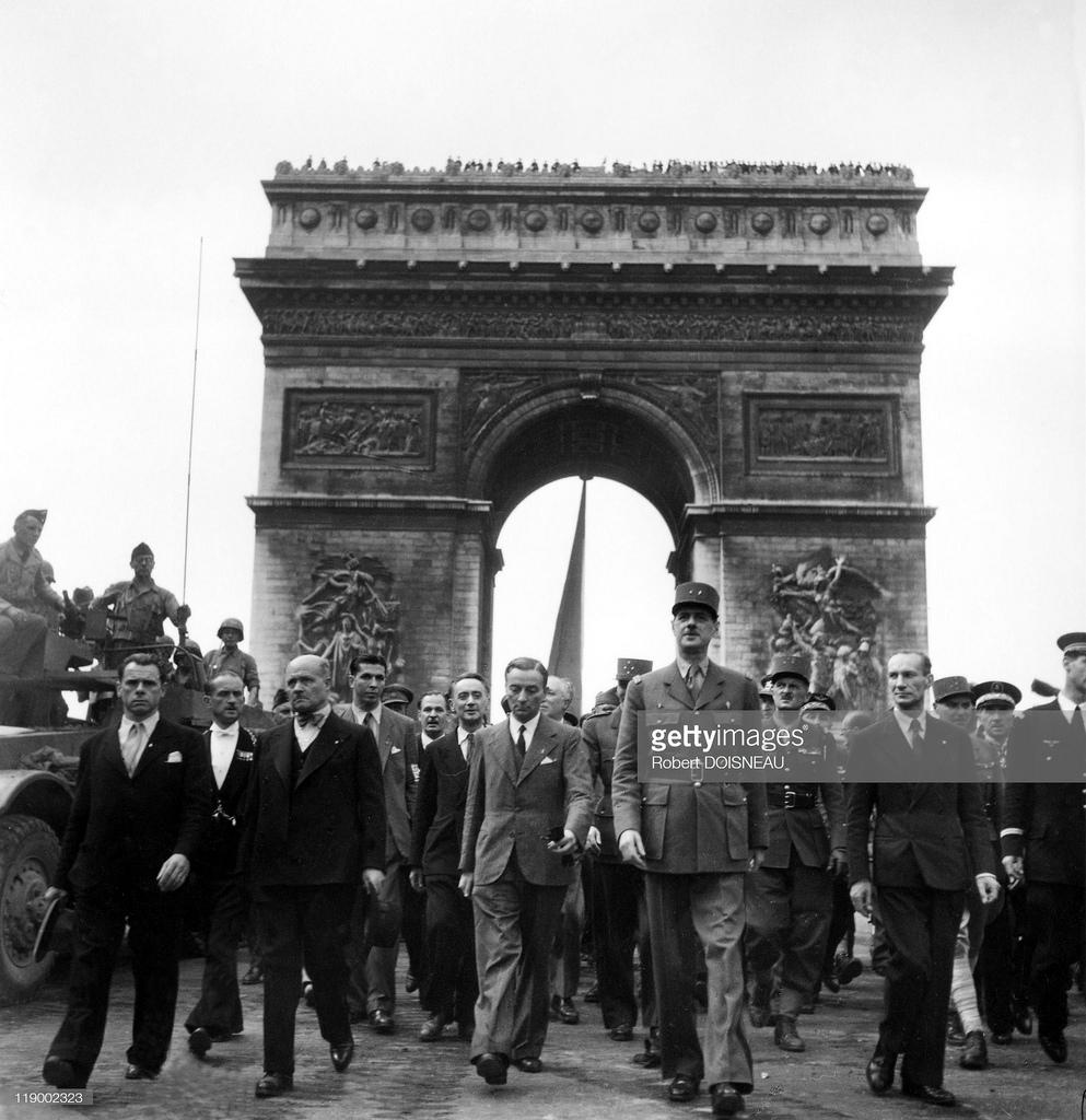1944. Генерал де Голль на Елисейских полях. 1944