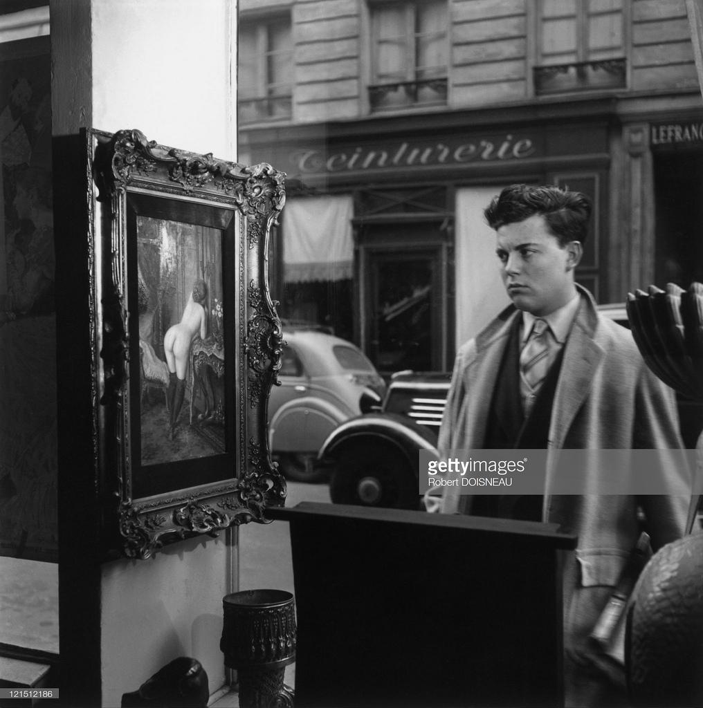 1948. Мужчина смотрит на картину, изображающую обнаженную женщину