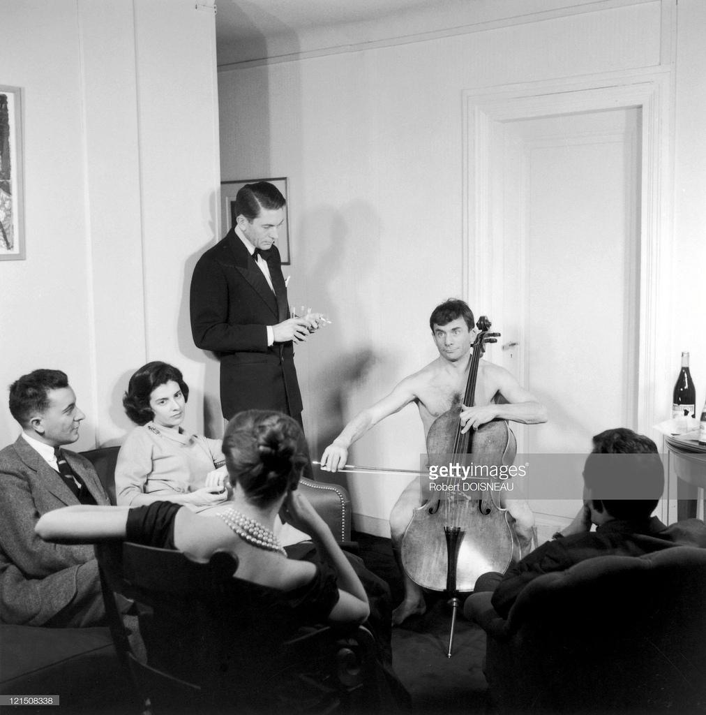 1950-е. Виолончель - один из немногих инструментов, на которых мы можем играть ню