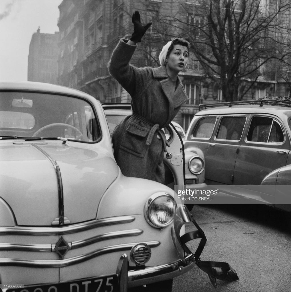 1955. Симона Бихерон и её автомобиль 4Cv, декабрь