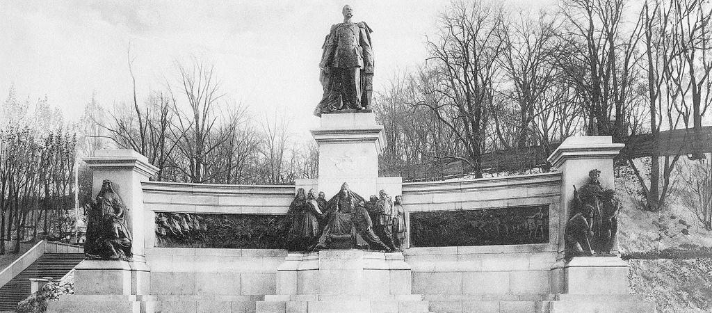Памятник Александру II на Царской площади.