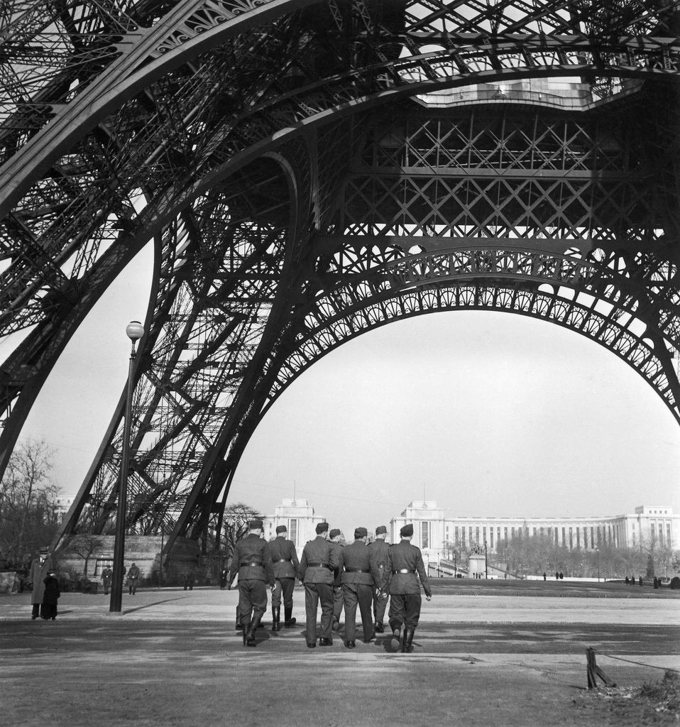 1940. Немецкие солдаты под Эйфелевой башней, 23 июня  на рассвете, до вступления в силу перемирия