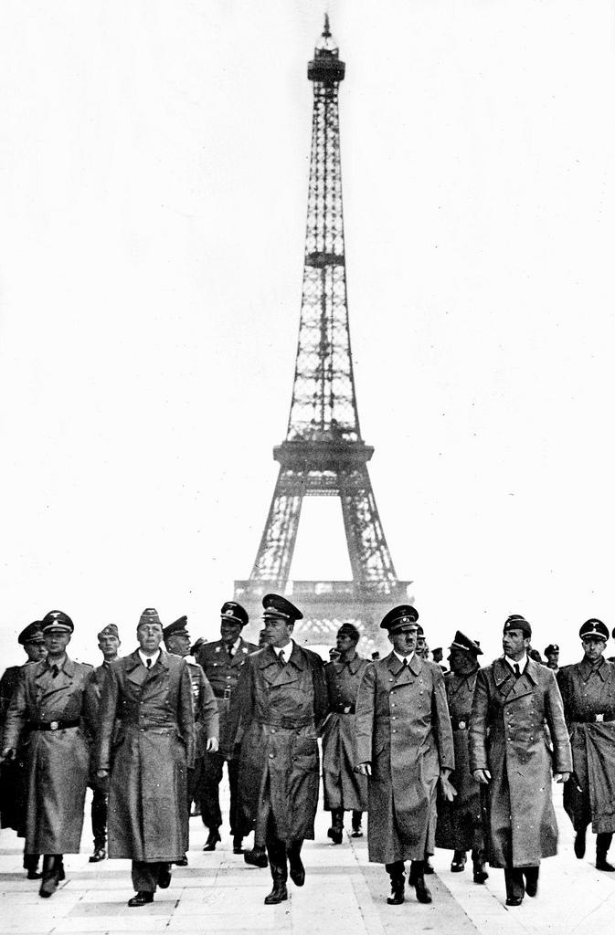 1940. Адольф Гитлер в Париже на эспланаде дворца Шайо, с архитектором Альбертом Шпеером (слева), скульптором Арно Брекером (справа) и его персоналом.