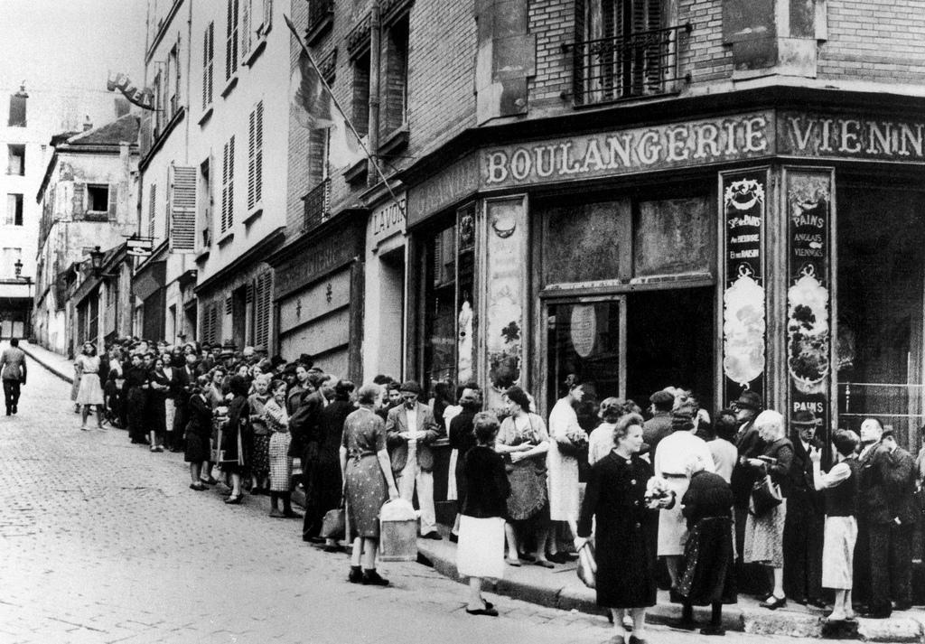 1941. Парижане выстроились в очередь перед пекарней