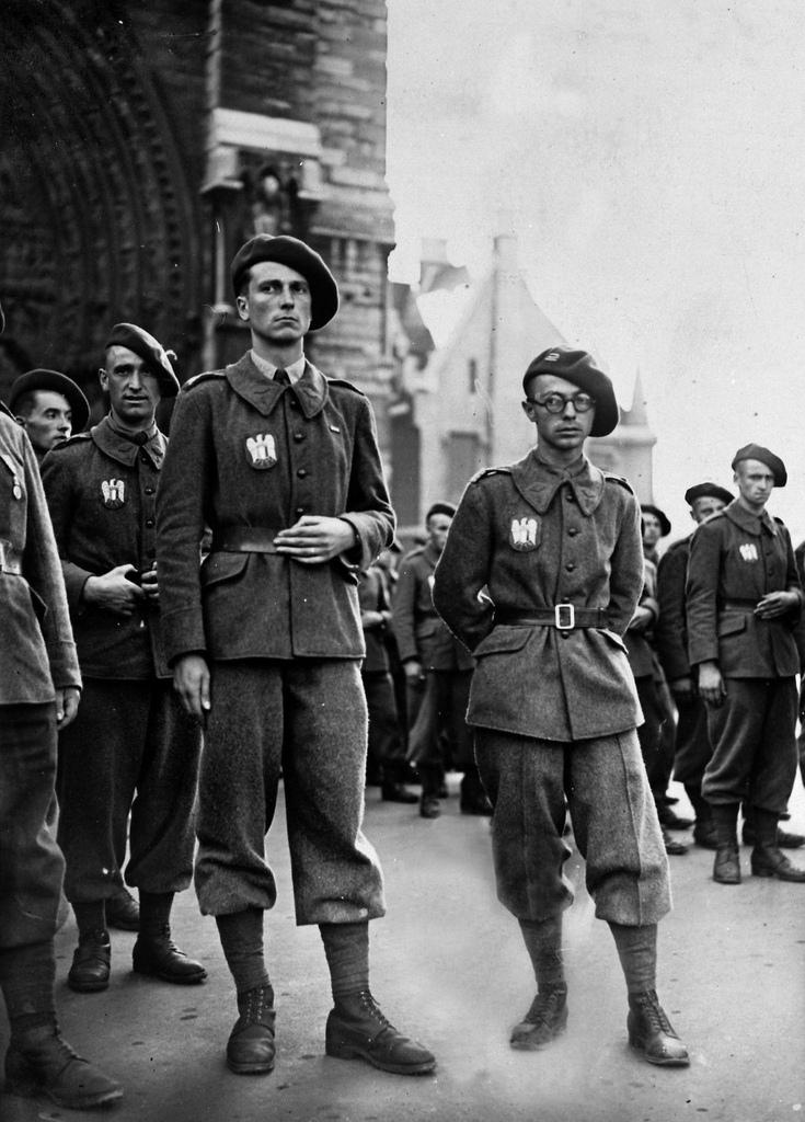 1942. День «трехцветного легиона». Сержант Клеманти (на первом плане) после торжественной мессы.  27 августа